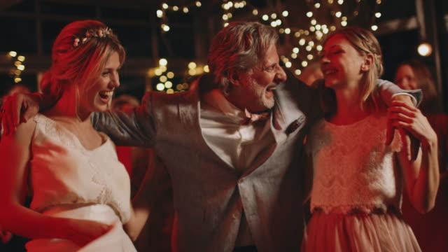 far dansar med brud och brudtärna på fest - dansbana bildbanksvideor och videomaterial från bakom kulisserna
