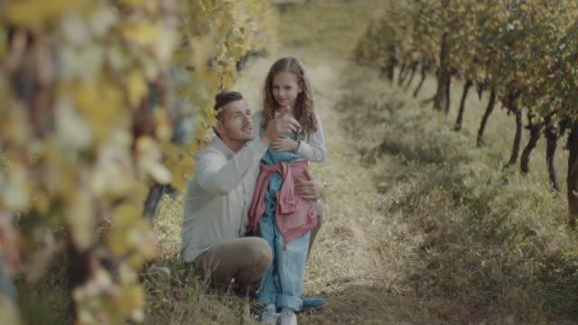 vídeos de stock e filmes b-roll de father daughter time! - uva shiraz