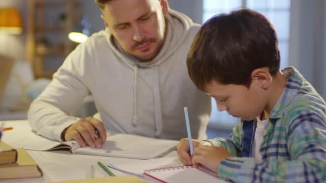 vídeos de stock, filmes e b-roll de educar o filho pai em casa - salas de aula