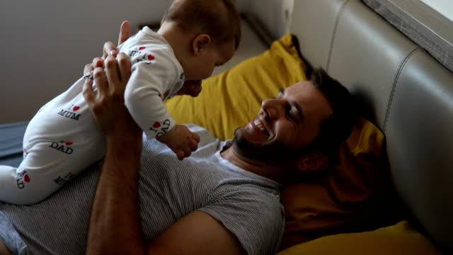 vater umarmen baby boy - sohn stock-videos und b-roll-filmmaterial