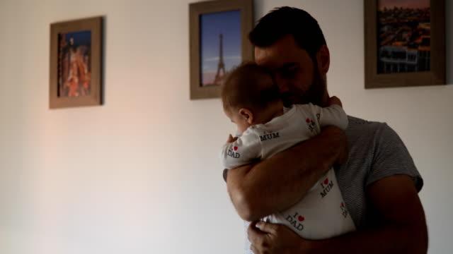 Padre abraza bebé - vídeo