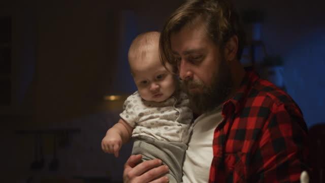 padre che nutre un bambino di notte - padre single video stock e b–roll