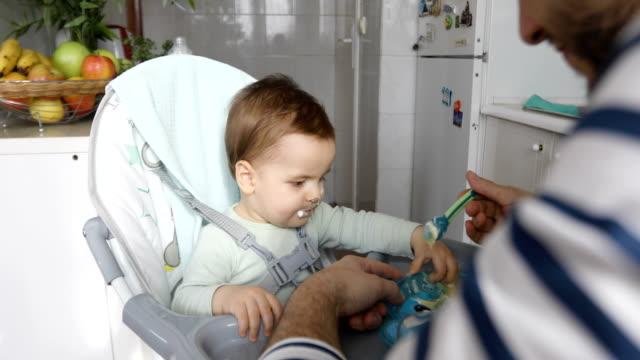 Vater Sohn Baby füttern – Video