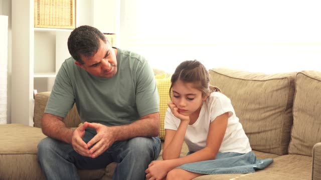 far har ett samtal med ung dotter - parent talking to child bildbanksvideor och videomaterial från bakom kulisserna