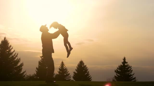 vidéos et rushes de père ayant l'amusement avec la silhouette de fille. - courage