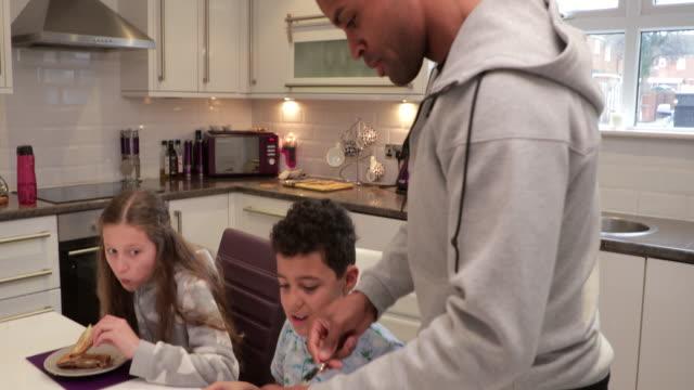 Vater helfen Sohn zum Frühstück zu machen – Video