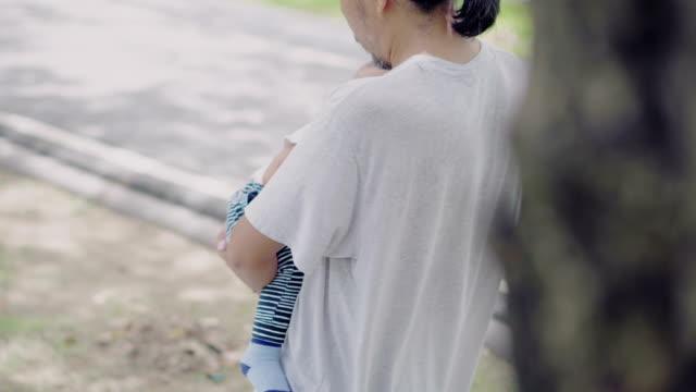 vídeos y material grabado en eventos de stock de padre con son.4k de bebé - padre que se queda en casa