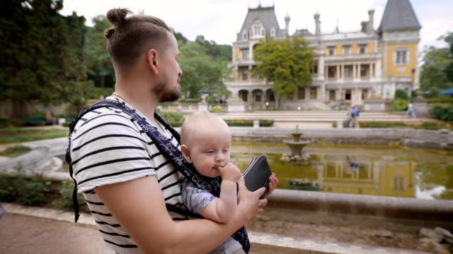Pai segurando o filho. Eles viajarem juntos - vídeo