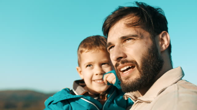 山の上に彼の腕で父持株息子 - キャンプ点の映像素材/bロール