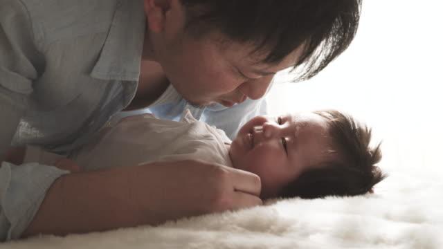 彼の父親が大好きなあなたのベビーガールご自宅で - 父親点の映像素材/bロール