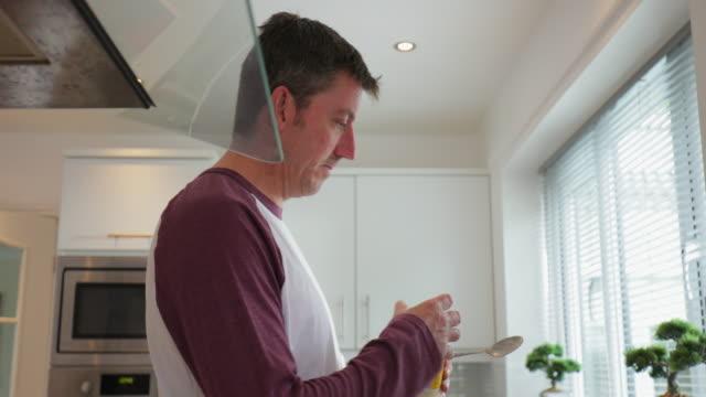 Vater Vorbereitung Sandwiches zu Hause – Video