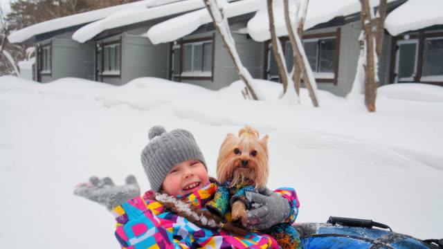 vídeos y material grabado en eventos de stock de padre corre a lo largo de la pista tomando hija - nieve amontonada