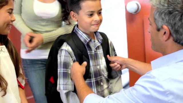 Père dire au revoir aux enfants alors qu'ils partent pour l'école - Vidéo