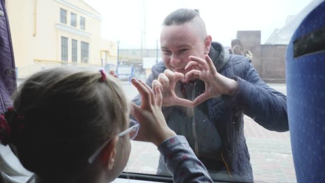 vidéos et rushes de le père dit au revoir à la fille sur le quai de la gare - homme faire coucou voiture