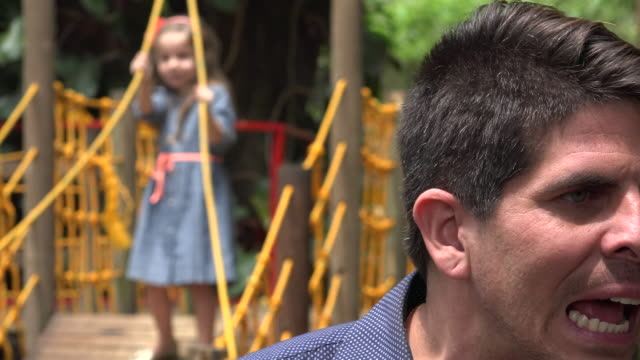 vídeos de stock e filmes b-roll de pai procurar perder criança - criança perdida