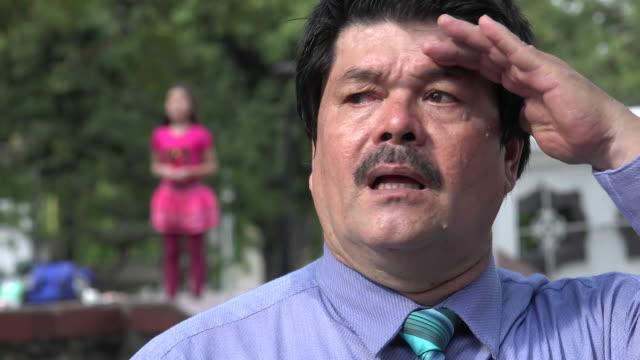 vídeos de stock e filmes b-roll de pai procurar perder filha - criança perdida