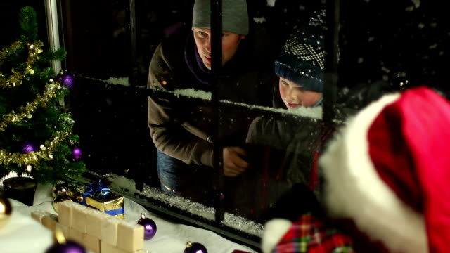 Father & Son Christmas shopping - Shop Window display video