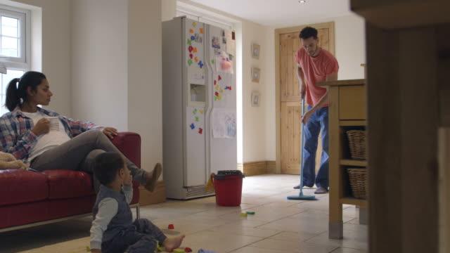 Vater leitet Etage wie schwanger Mutter auf der Couch entspannt – Video