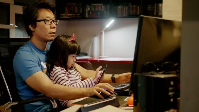 stockvideo's en b-roll-footage met vader zorgt voor zijn kindervoorraad video - aziatische etniciteit