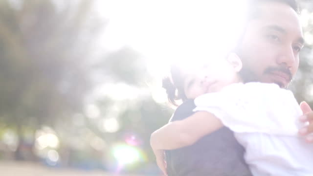 vídeos de stock, filmes e b-roll de pai leva sua filha para dormir - dia dos pais