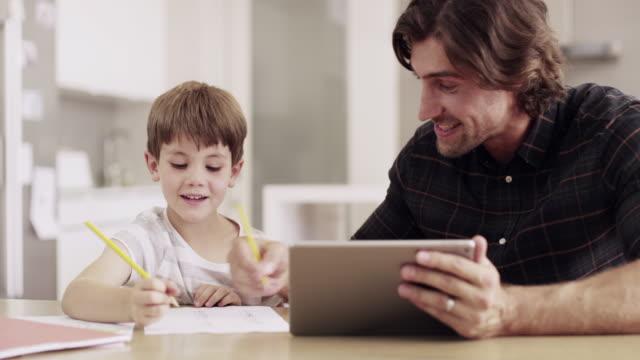 stockvideo's en b-roll-footage met vader, leraar... noem maar op - een tablet gebruiken