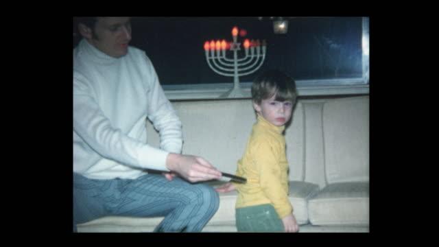vídeos y material grabado en eventos de stock de 1971 padre enseña a hijo de peinar el cabello - hanukkah