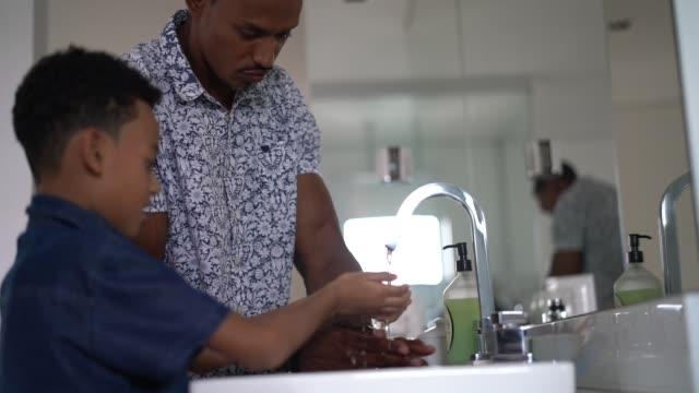 fadern undervisar sin son om god hygien - washing hands bildbanksvideor och videomaterial från bakom kulisserna
