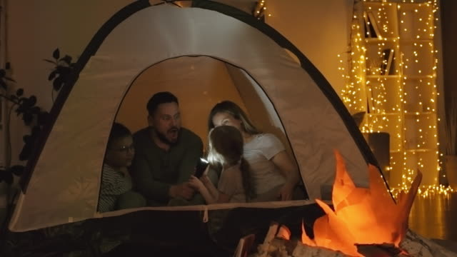 Father Telling Scary Stories to Kids - vídeo