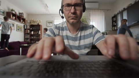 vídeos y material grabado en eventos de stock de padre tratando de trabajar desde casa - working from home