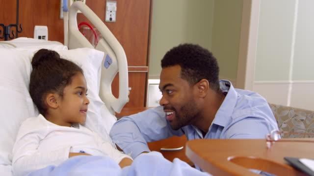 vater mit tochter im krankenhaus pediatric ward/videoformat r3d - männliches tier stock-videos und b-roll-filmmaterial
