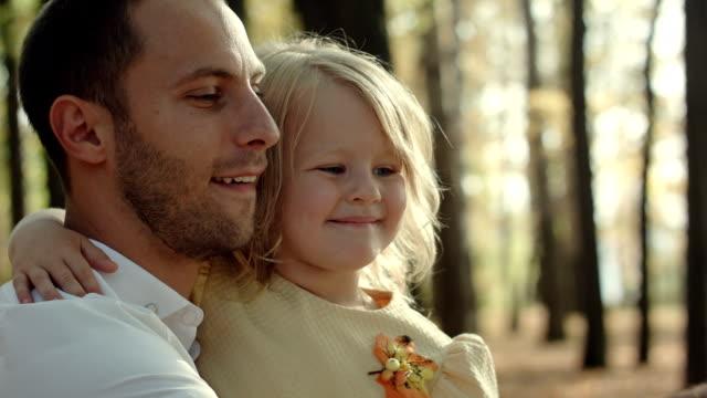 Vader met dochter die selfie met telefoon in het park van de herfst neemt video