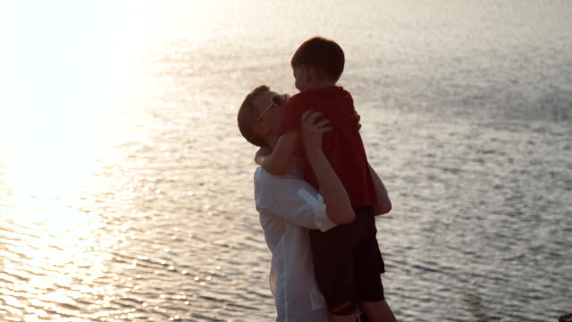 湖の岸に息子と父 - 息子点の映像素材/bロール