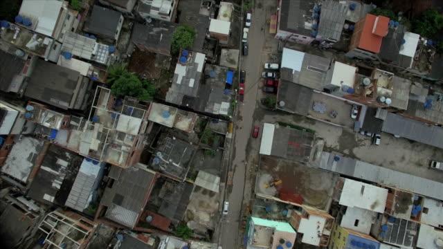 favela-antenne: häuser gottes auge blick hinunter auf straße und favela in rio de janeiro, brasilien - blickwinkel aufnahme stock-videos und b-roll-filmmaterial