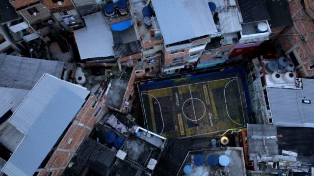Favela futebol: Tom foto aérea de campo de futebol em um Rio de Janeiro favela - vídeo
