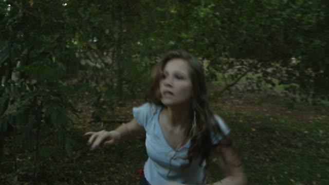 vídeos de stock e filmes b-roll de medo de escape - fugir