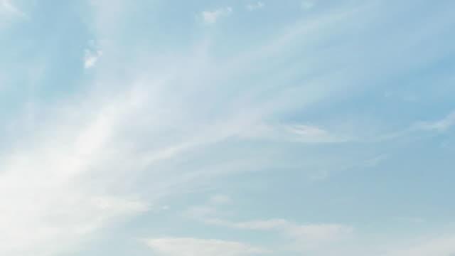 vídeos de stock, filmes e b-roll de nuvens de penas timelaspe - cirro