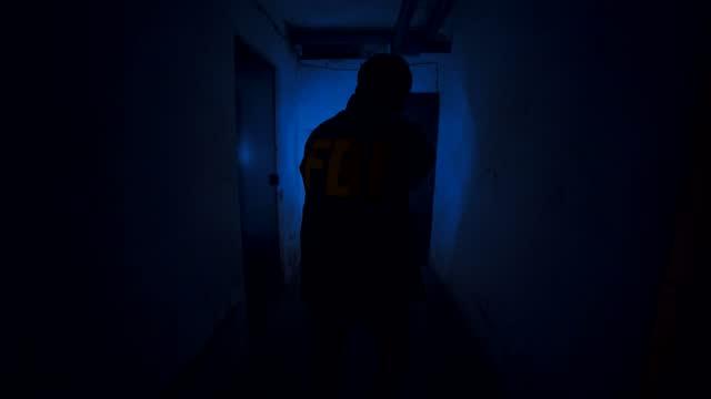 vídeos de stock e filmes b-roll de federal agent in criminal pursuit - lanterna elétrica
