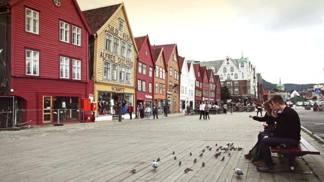 vídeos y material grabado en eventos de stock de lactancia aves en bryggen old town in bergen - bergen