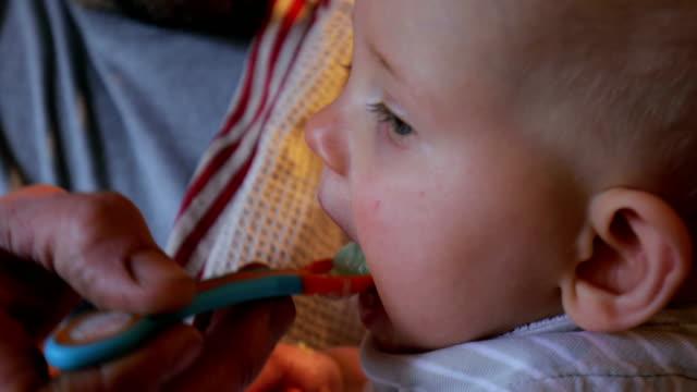 Feeding el bebé - vídeo