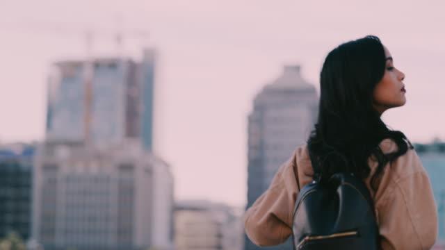 vídeos de stock e filmes b-roll de feel that fresh evening air - mochila saco