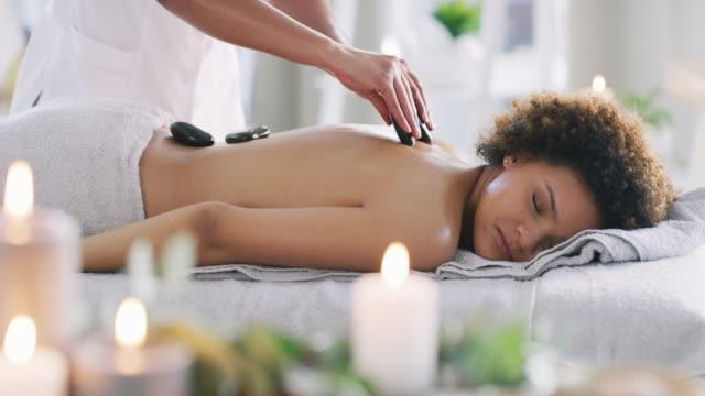 känn stressen som lämnar din kropp nu... - massageterapeut bildbanksvideor och videomaterial från bakom kulisserna