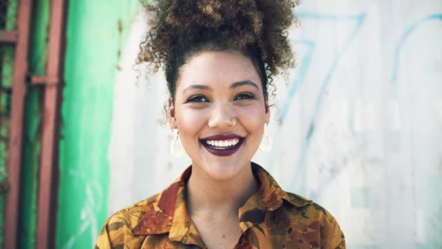 vídeos de stock e filmes b-roll de feeling happy in my hometown - afro
