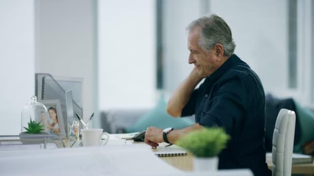 vídeos de stock, filmes e b-roll de sentindo a pressão de trabalhar o dia todo - persistência
