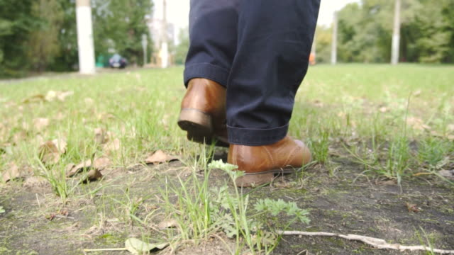 足とヴィンテージの靴が草の上 - 革点の映像素材/bロール