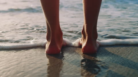 vídeos de stock e filmes b-roll de feet in water - mar