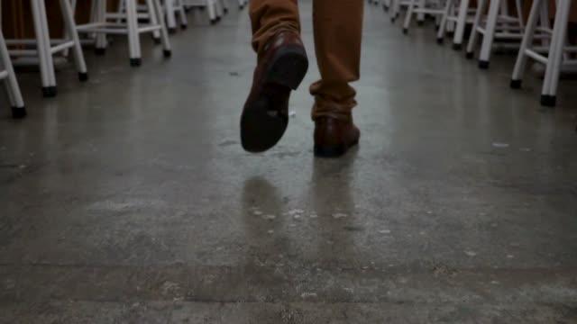 füße des mannes in formellen anzug und lederschuhe zu fuß im korridor von der computerraum voller stühle - schulmaterialien stock-videos und b-roll-filmmaterial