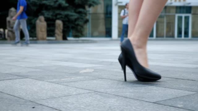 vídeos de stock, filmes e b-roll de pés de mulher de negócios jovem irreconhecível em calçado de salto alto, indo na cidade. pernas femininas em sapatos de salto alto andando na rua urbana. garota pisando para trabalhar. câmera lenta close-up vista de ângulo baixo - salto alto