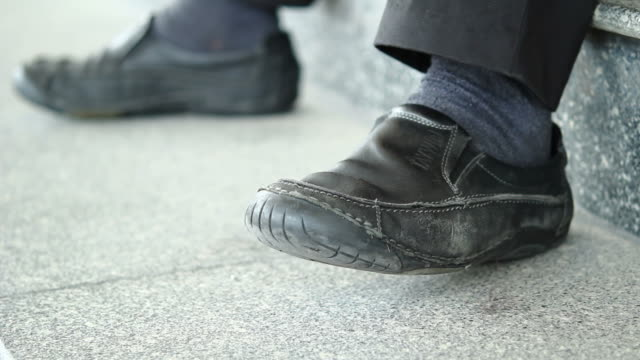 hd: piedi di maschiatura - picchiettare video stock e b–roll