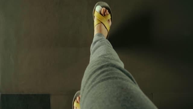 POV von Füßen mit Schmerzen Zehe während des Gehens mit Sandale – Video