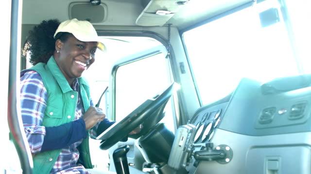 vídeos y material grabado en eventos de stock de mujer conductora de camiones afroamericanos con tableta digital - conductor de autobús